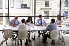 Korporacyjnego biznesu drużyna pracuje w nowożytnym otwiera planu biuro zdjęcie royalty free