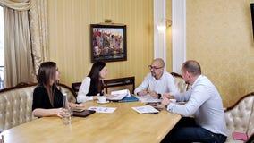 Korporacyjnego biznesu drużyny pracy spotkanie przy biurem Współpraca, dorośnięcie, sukcesu pojęcie używać mapę zbiory wideo