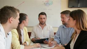 Korporacyjnego biznesu dru?yny pracy spotkanie przy biurem Pięć Kaukaskich biznesmena I bizneswomanu Grupowy Opowiadać ludzi zdjęcie wideo