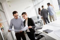 Korporacyjnego biznesu kierownik w spotkaniu i drużyna obraz stock