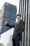 Korporacyjnego portreta biznesmena outdoors młodzi atrakcyjni miastowi budynki biurowi Zdjęcie Stock