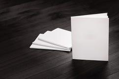 Korporacyjnej tożsamości egzamin próbny up puści magazyny stoi na czarnym eleganckim drewnianym tle, szablon Obraz Royalty Free