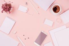 Korporacyjnej tożsamości szablon, biały pusty materiały ustawiający z wrzosem kwitnie, kawa, telefon na miękkich części menchii e Zdjęcie Royalty Free
