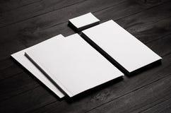 Korporacyjnej tożsamości szablon, materiały pochylał na czarnym eleganckim drewnianym tle Egzamin próbny up dla oznakować, projek Fotografia Stock