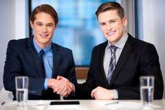 Korporacyjni faceci trząść ręki Fotografia Stock