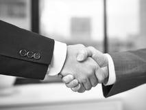 Korporacyjni ludzie trząść ręki w biurze zdjęcie royalty free