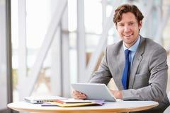 Korporacyjny biznesmen pracuje z pastylka komputerem zdjęcia royalty free