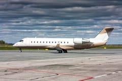 Korporacyjny biznesowy samolot przy parking lotnisko obraz royalty free