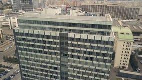 Korporacyjny budynek biurowy w w centrum mieście Biznesowy budynku i samochodu parking zdjęcia royalty free