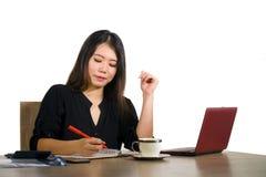 Korporacyjny firma portret młoda piękna i ruchliwie Azjatycka Chińska biznesowa kobieta pracuje przy biurowego komputeru biurkiem obrazy royalty free