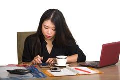 Korporacyjny firma portret młoda piękna i ruchliwie Azjatycka Chińska biznesowa kobieta pracuje przy biurowego komputeru biurkiem obraz stock