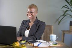 Korporacyjny portret młoda szczęśliwa i pomyślna czarna afro Amerykańska biznesowa kobieta pracuje przy nowożytnym biurowym uśmie obraz royalty free