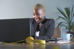 Korporacyjny portret młoda szczęśliwa i pomyślna czarna afro Amerykańska biznesowa kobieta pracuje przy nowożytnym biurowym uśmie obrazy royalty free