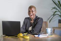 Korporacyjny portret młoda szczęśliwa i pomyślna czarna afro Amerykańska biznesowa kobieta pracuje przy nowożytnym biurowym uśmie zdjęcia royalty free
