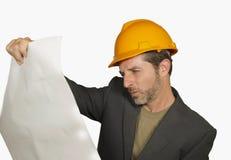 Korporacyjny portret młody przemysłowy inżynier lub architekt w zbawczym budowniczego hełmie sprawdza budynek atrakcyjny i pomyśl obrazy stock
