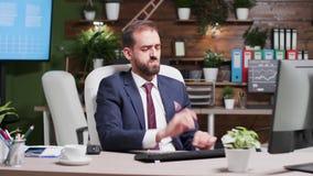 Korporacyjny pracownik czyta i nie zgadzać się email zbiory