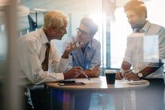 Korporacyjny profesjonalista ma spotkania w nowożytnym biurze zdjęcia stock