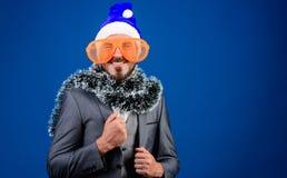 Korporacyjny przyjęcie gwiazdkowe Obsługuje brodatego modniś odzieży Santa kapelusz i śmiesznych okulary przeciwsłonecznych Kiero obraz stock