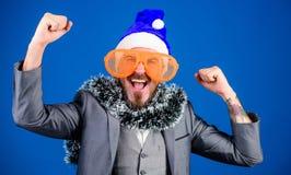 Korporacyjny przyjęcie gwiazdkowe Obsługuje brodatego modniś odzieży Santa kapelusz i śmiesznych okulary przeciwsłonecznych Kiero zdjęcia royalty free