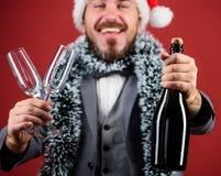 Korporacyjny przyjęcie gwiazdkowe Pozwala napoju szampana Szefa Santa kapeluszowy świecidełko świętuje nowego roku lub bożych nar obrazy stock