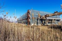 Korpsen van een oud verlaten bedrijf Verlaten constructi stock afbeelding