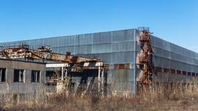 Korpsen van een oud verlaten bedrijf Verlaten constructi stock foto's