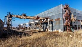 Korpsen van een oud verlaten bedrijf Verlaten constructi stock afbeeldingen