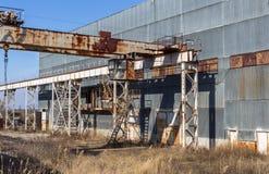 Korpsen van een oud verlaten bedrijf Verlaten constructi royalty-vrije stock fotografie
