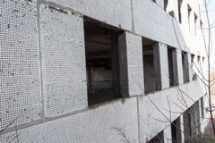 Korpsen van een oud verlaten bedrijf Verlaten constructi stock foto