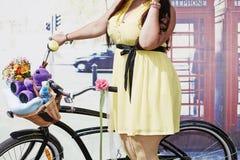 Korpulentny żeński uczestnik cykl parady dama na bicyklu obrazy royalty free