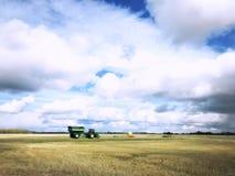 Korrelkar en tractor in een landelijk platteland stock afbeeldingen