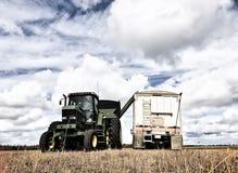 Korrelkar het leegmaken in een tractoraanhangwagen stock fotografie