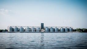 Korrellift op de rivierbank Opslag van landbouwgewassen stock foto