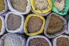 Korrels van bonen en witte bonen in zakken bij een vrije straatmarkt in Brazilië Royalty-vrije Stock Afbeelding