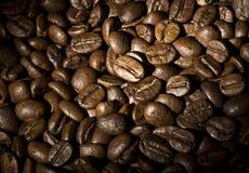 Korrels van koffie een achtergrond Stock Foto's
