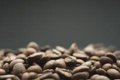 Korrels van koffie op een donkere achtergrond Royalty-vrije Stock Afbeelding