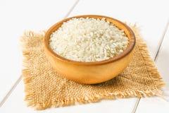 Korrels van ruwe witte rijst op een witte houten lijst van raad Ingrediënten voor het koken royalty-vrije stock foto's