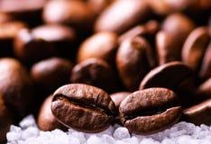 Korrels van zwarte koffie op suikerkorrels Royalty-vrije Stock Foto