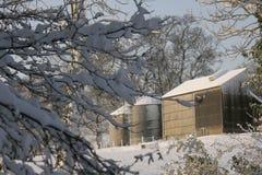 Korrelsilo's in de sneeuw Stock Foto's