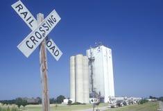 Korrelsilo's en een spoorweg die in Hoop, Arkansas kruisen Royalty-vrije Stock Foto's