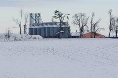 Korrelsilo's tijdens de winter Stock Afbeeldingen