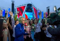 Korrespondent gibt ein Interview an einem Konzert stockfotografie