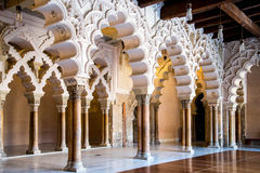 Korridor av aljaferiaalcazaren av Zaragoza Spanien Royaltyfria Bilder