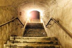 Korridor av den gamla övergav underjordiska sovjetiska militära bunker Trappuppgången går upp till yttersida royaltyfria foton