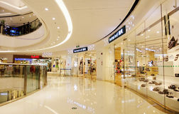 Korridor av den moderna shoppinggallerian Royaltyfria Foton