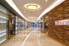 Korridor av den moderna shoppinggallerian arkivfoton