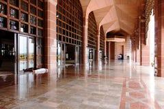 Korridor av den Putra moskén (Masjid) Royaltyfri Foto