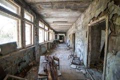 Korridor av den ?vergav mellanstadiet i den Pripyat staden i Tjernobyl uteslutandezon, Ukraina arkivfoto