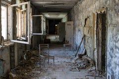 Korridor av den ?vergav mellanstadiet i den Pripyat staden i Tjernobyl uteslutandezon, Ukraina arkivbilder