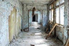 Korridor av den ?vergav mellanstadiet i den Pripyat staden i Tjernobyl uteslutandezon, Ukraina fotografering för bildbyråer